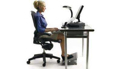 Pozitia-corecta-pe-scaun-la-birou
