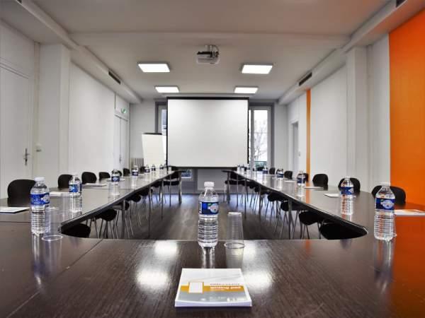 Scaune-pentru-sali-de-conferinta-sala-medie